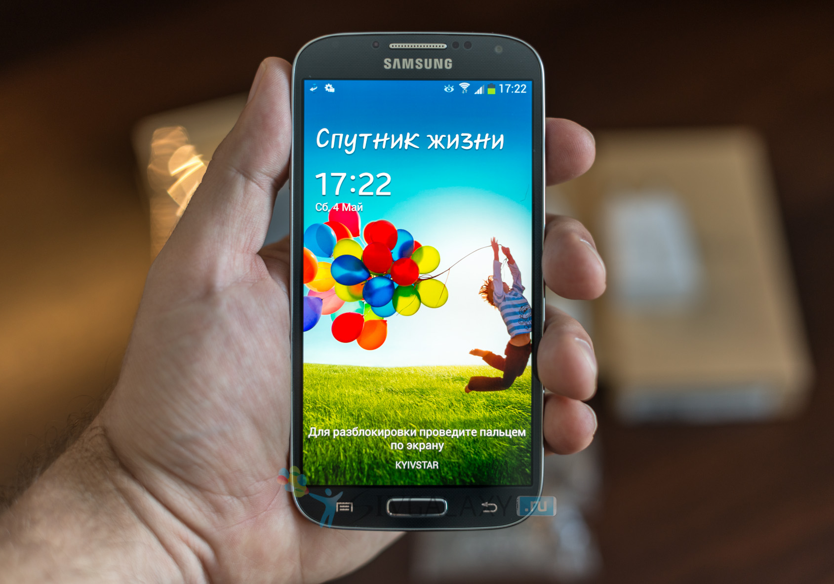 Samsung Galaxy S4 в руке