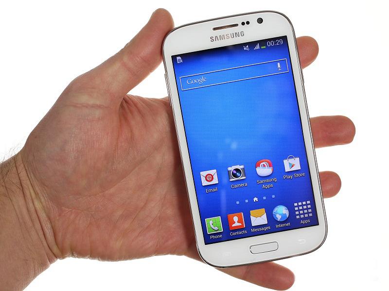 Samsung Galaxy Grand Neo White в руке