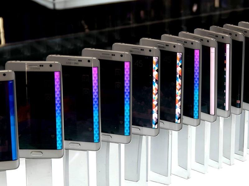 Galaxy_S7_i_Galaxy_S7_Edge_ne_smogut_zaryazhat'sya,_esli_port_micro_USB_budet_vlazhnym