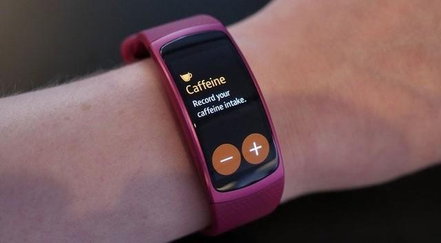 Gear Fit 2 розовый на руке
