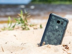Samsung Galaxy S7 Active в песке
